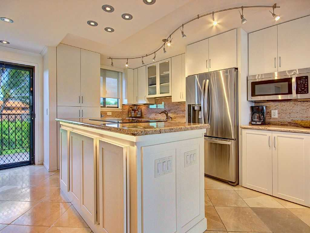 Gorgeous high-end, well-appointed kitchen in Kanai A Nalu 41